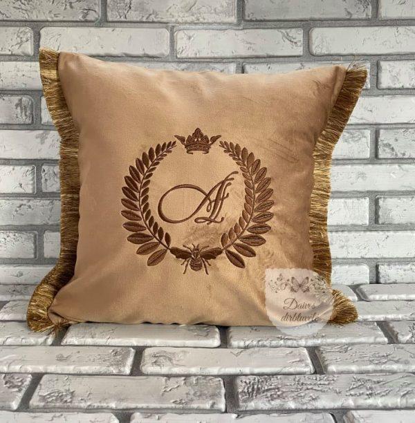 siuvinėta pagalvėlė su inicialais